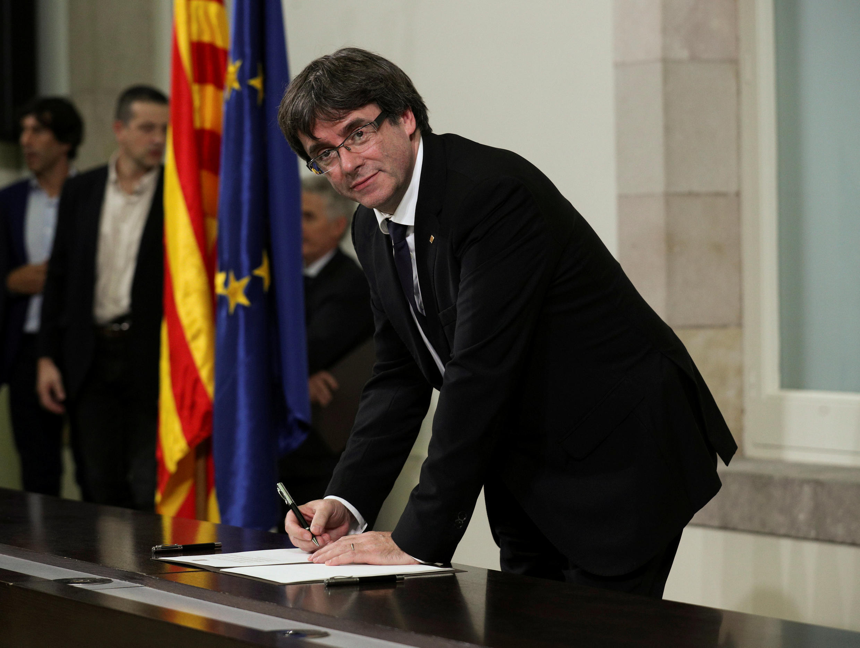 Rais wa Catalonia Carles Puigdemont akisaini hati ya kujitenga, Barcelona tarehe 10 Oktoba 2017.