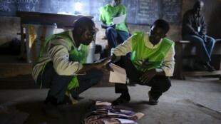 Des observateurs comptent les bulletins de vote, dans le quartier PK5, à Bangui, le dimanche 14 février 2016.
