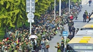 图为2016年10月11日中国万名退伍军人包围中央军委大楼请愿