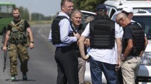 Các nhà điều tra quốc tế trên đường tới nơi chiếc máy bay Malaysia Airlines bị bắn rơi, ở miền đông Ukraina (ảnh chụp ngày 30/07/2014)