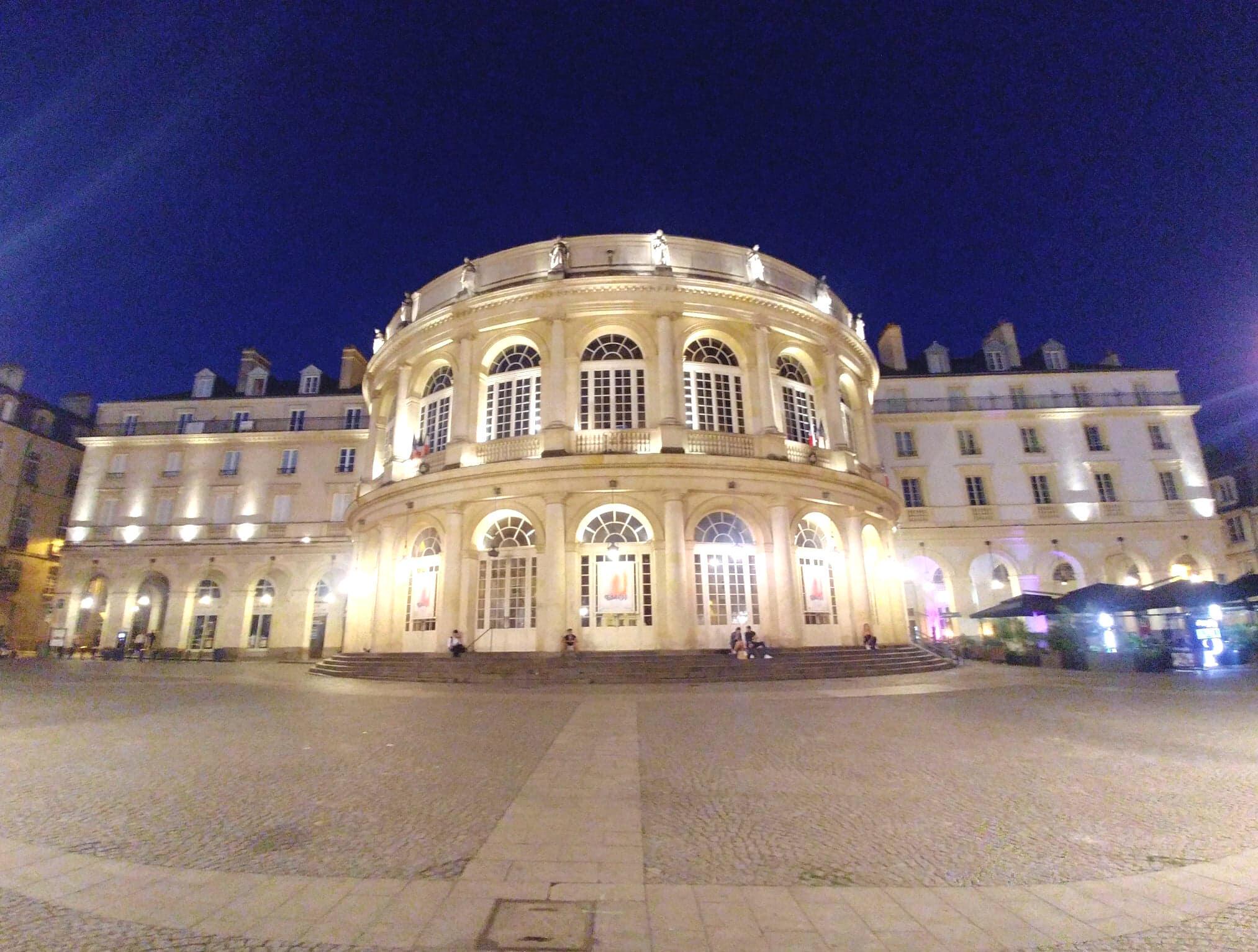 Nhà hát lớn thành phố Rennes cũng được thắp sáng ban đêm