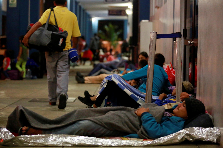 委内瑞拉移民等待进入秘鲁2018年8月25日Tumbes