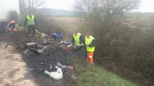 Equipes de resgaste no local do acidente que deixou 12 mortos no leste da França.