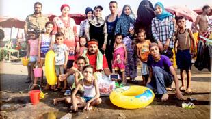 Photo issue de la série «Shaabi Beaches» de Roger Anis; prise de vue dans l'exposition «Hakawi, récits d'une Égypte contemporaine» à la Cité internationale des arts, Paris.