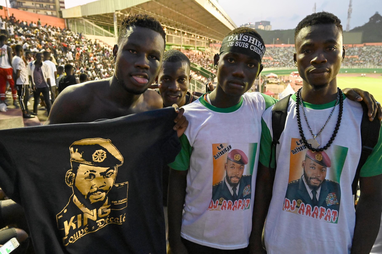 Des fans venus rendre hommage à DJ Arafat au stade Félix Houphouët-Boigny à Abidjan, vendredi 30 août 2019.