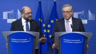 O Presidente da Comissão Europeia, Jean-Claude Juncker (d), e o Presidente do Parlamento Europeu, Martin Schulz durante coletiva que antecede a reunião dos líderes da UE.