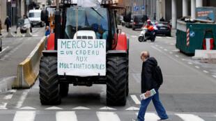 """""""Mercosul, um presente para multinacionais"""": protesto de fazendeiros belgas durante encontro de ministros da Agricultura em Bruxelas, na Bélgica, em 29 de janeiro de 2018."""