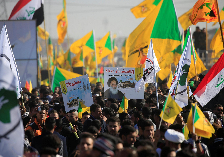 تظاهرکنندگان در عراق که مطالبات آنان تا کنون همواره از حمایت آیتالله علی سیستانی برخوردار بوده است، تصاویر وی را در گردهمائیهای خود حمل میکنند.