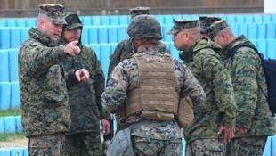 Des marines américains en pleine discussion avec des militaires sud-coréens, lors d'exercices conjoints à Pohang en avril 2017.