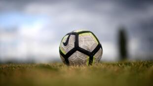 """Des passionnés apprennent à survivre sans la """"drogue"""" du foot dans le contexte de la pandémie de Covid-19"""
