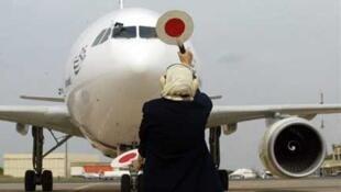 Un apppareil se parque sur le tarmac de l'aéroport de Rabat.