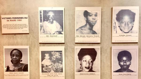 A l'entrée du musée, un mur d'hommage aux femmes tombées en 1991 pour la démocratie au Mali.