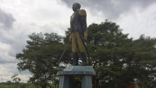 il s'agit de la statue de Toussaint Louverture, héros de l'indépendance haïtienne, à Allada au Bénin, ville natale de son grand-père.