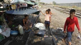 Người nghèo sống tạm bợ cạnh một đường ray xe lửa ở Phnom Penh. Ảnh chụp ngày 19/03/2013.