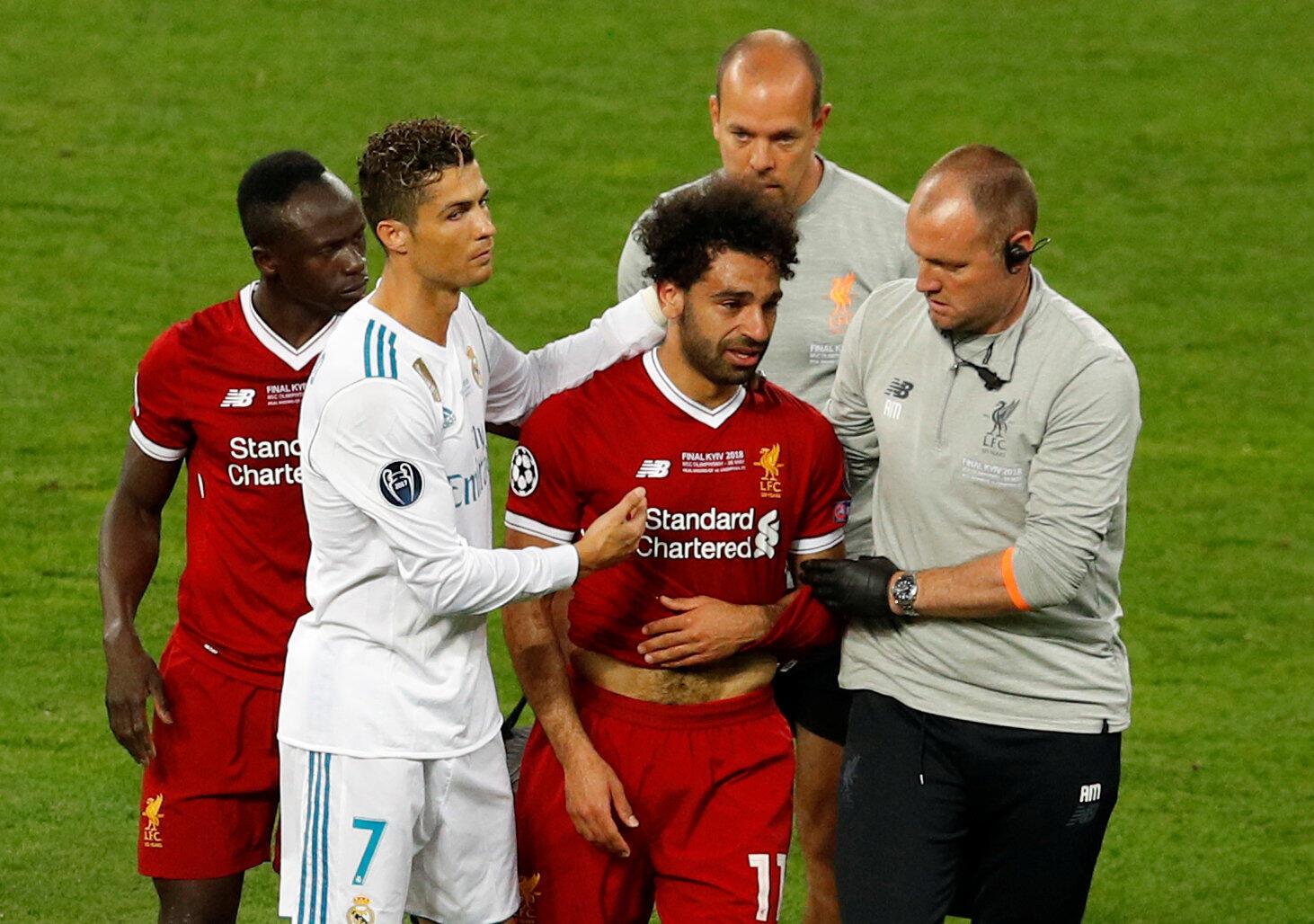 L'Egyptien Mohamed Salah quitte le terrain sur blessure, réconforté par Cristiano Ronaldo et son coéquiper Sadio mané, le 26 mai 2018 à Kiev.