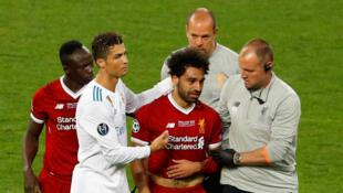 Mshambuliaji wa Misri, Mohammed Salah akitoka uwanjani baada ya kuumia katika fainali ya Ulaya dhidi ya Real Madrid