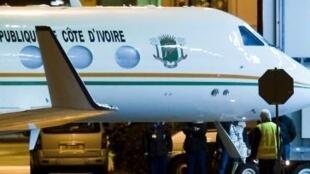 O avião que transportava Laurent Gbagbo em sua chegada ao aeroporto de Rotterdam na Holanda.