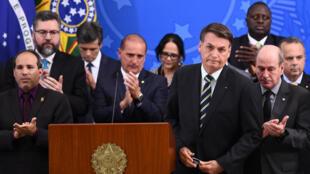 El presidente de Brasil, Jair Bolsonaro, finaliza una rueda de prensa, el 24 de abril de 2020 en Brasilia