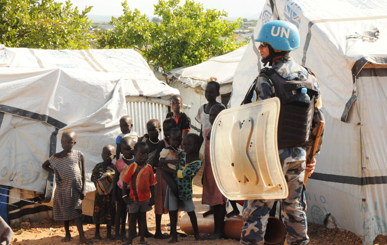(Photo d'illustration) Un casque bleu dans un camp de déplacés sud-soudanais pendant la visite du Conseil de sécurité de l'ONU, à Jebel, le 3 septembre 2016.