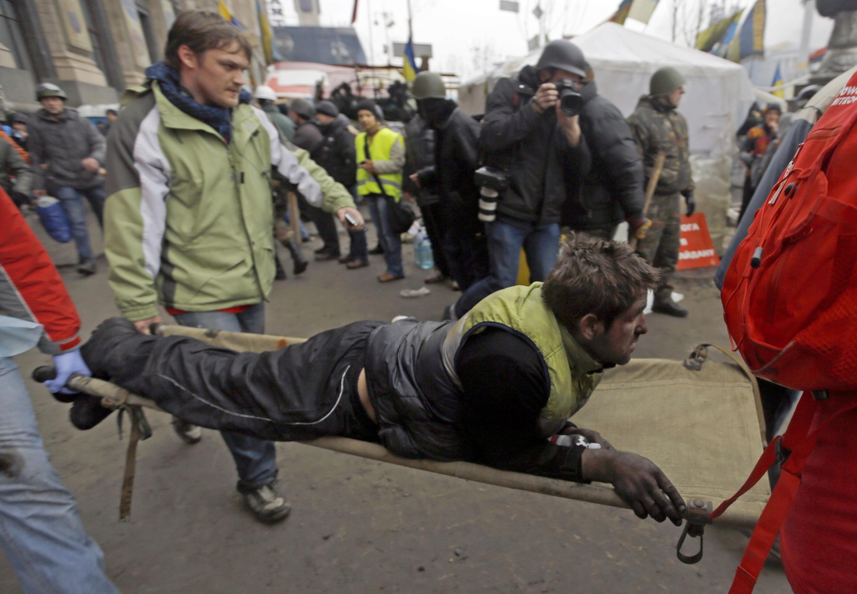 Kiev, le 20 février 2014. Des blessés et des morts par dizaines sont transportés dans le centre de la capitale ukrainienne dévasté.