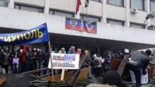 Manifestation de militants pro-russes à Marioupol, dans le Sud-Est de l'Ukraine, devant le bâtiment de la mairie.