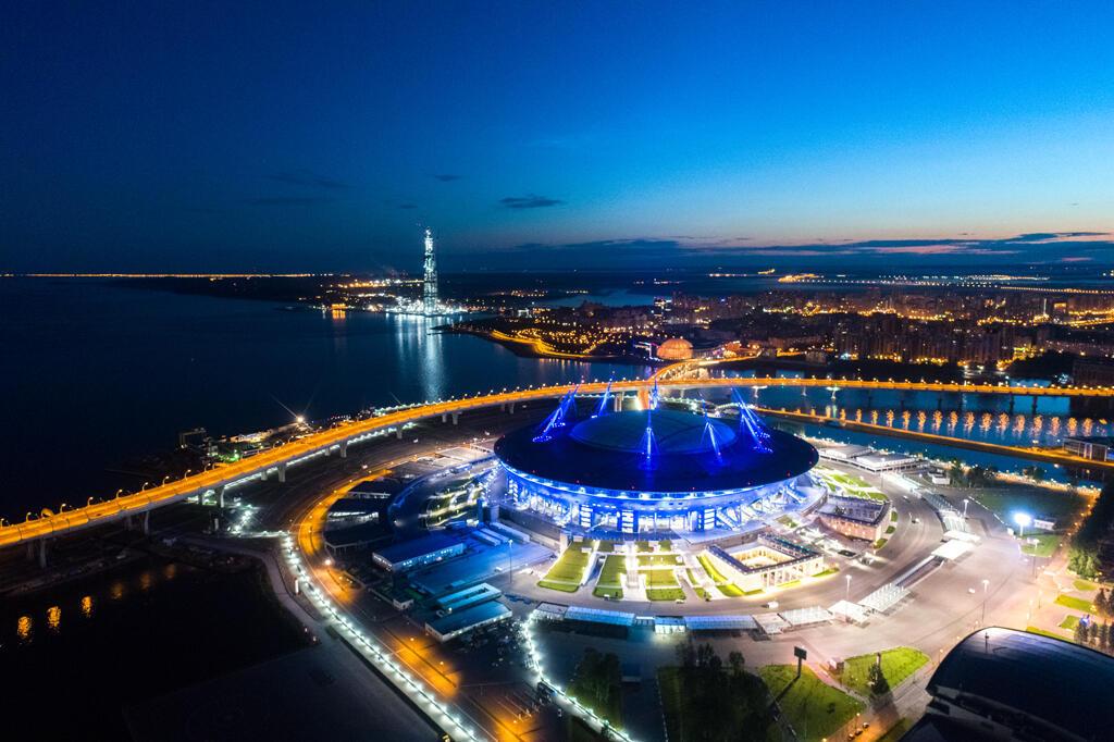 O estádio Saint Petersburg Arena parece uma nave espacial na península de Krestovsky.