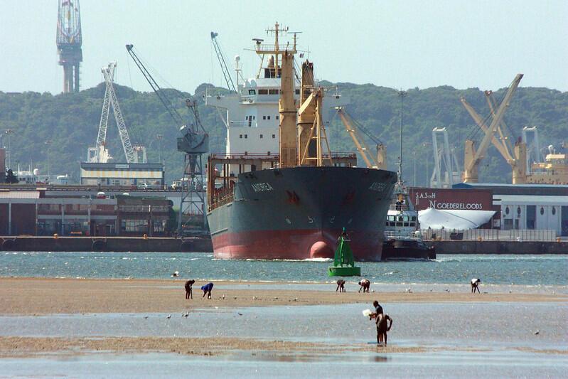 Le porte-containers Andrea manoeuvre dans le port de Durban, en Afrique du Sud.