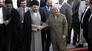 Le leader chiite radical Moqtada al-Sadr est accueilli par le président de la région autonome kurde, Massoud Barzani, à Erbil samedi 28 avril.