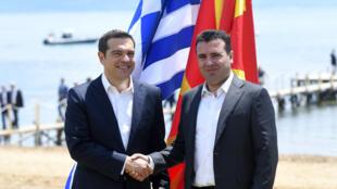De g. à dr. : Alexis Tsipras et Zoran Zaev, le 17 juin 2018, sur la rive du Lac Prespa.