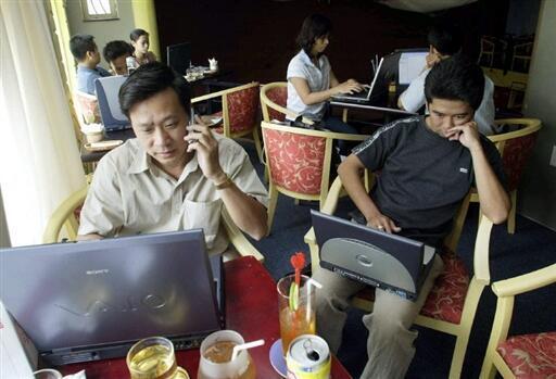 Trong một quán cà phê internet ở Thành phố Hồ Chí Minh, Việt Nam.