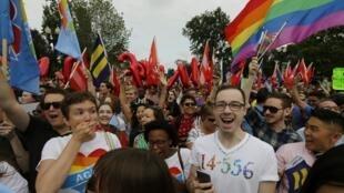 Cientos de personas reunidas frente a la Corte Suprema de Justicia de Estados Unidos celebran la decisión de autorizar el matrimonio homosexual.