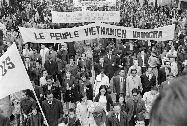 اواخر دهۀ ۶۰ میلادی علاوه بر آمریکا، کشورهای مهم اروپایی به ویژه فرانسه شاهد جنبشهای نوین اجتماعی بودند