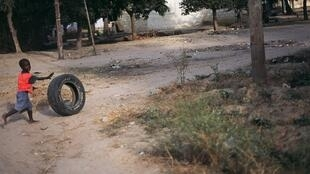 Un enfant dans les rues de Ziguinchor, au Sénégal.