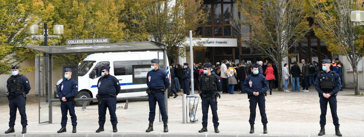 Des policiers déployés devant le collège du Bois d'Aulne, à Conflans-Sainte-Honorine (Yvelines), le 17 octobre 2020