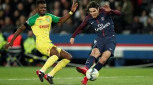 Chidozie Awaziem (esquerda), defesa nigeriano do Nantes, não conseguiu impedir o golo do avançado uruguaio do PSG, Edinson Cavani (direita).