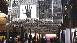 « Les Maîtres invisibles » de l'Algérien Rachid Koraïchi à l'entrée de l'Akaa, Also Known as Africa, première édition de la foire internationale d'art contemporain et de design centrée sur l'Afrique, du 11 au 13 novembre, au Carreau du Temple, Paris.