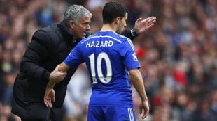 Kocha wa Chelsea Jose Mourinho akimuelekeza Eden Hazard, nyota wa Chelsea aliyepoteza mkwaju wa penalti