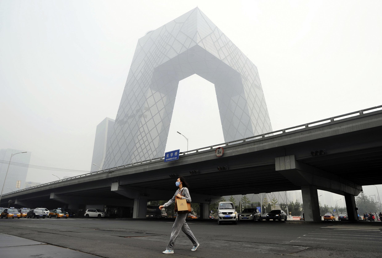 資料圖片:籠罩在霧霾中的中央電視台大樓。攝於2014年10月11日北京