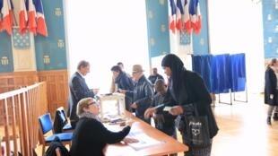 Scène de vote à la mairie de Saint-Denis.