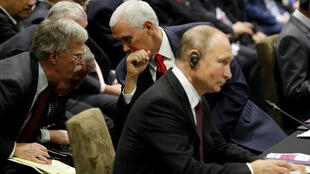 Phó tổng thống Mỹ Mike Pence nói chuyện với cố vấn an ninh John Bolton và bên cạnh là tổng thống Nga Vladimir Putin tại thượng đỉnh Đông Á, Singapore, ngày 15/11/2018.