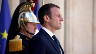Emmanuel Macron, sur le perron de l'Elysée le 28 août.