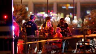 A Las Vegas, ce 2 octobre, peu après les tirs, des personnes attendent de se faire soigner.