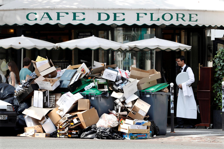 انباری از زباله در برابر کافه دو فلور، از معروف ترین کافه های پاریس. شهرداری پاریس امروز جمع آوری زباله ها را آغاز کرد..