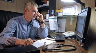 Le docteur Philip Bardin dans son cabinet de Brassac-les-Mines (centre de la France), en novembre 2012. La télémédecine a vocation à lutter contre les déserts médicaux.