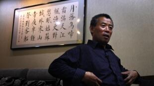 Ông Trần Quang Phục, anh của nhà ly khai Trần Quang Thành chỉ cho thấy các dấu vết tra tấn trên người ông. Ảnh chụp ngày 23/05/2012.