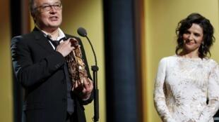 """O diretor Philippe Faucon, ao receber o César de melhor filme por """"Fátima"""", nesta sexta-feira (26)."""