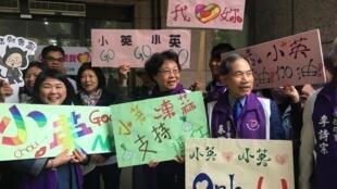 Les supporters de la présidente taïwanaise Tsai Ing-wen, le 19 novembre à Taipei au moment du dépôt de sa candidature à l'élection 2020.