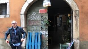 Pierre Pavy possède plusieurs restaurants à Grenoble et à Lyon, où il emploie des réfugiés.