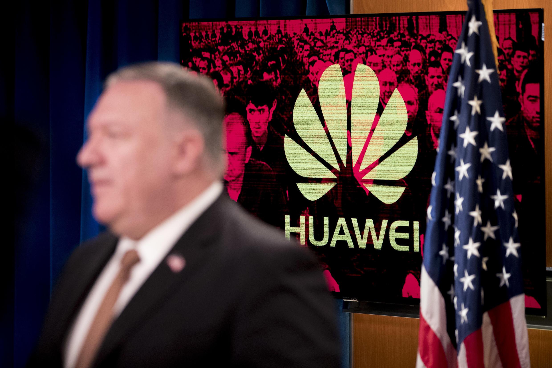 Una pantalla muestra el logotipo del gigante tecnológico Huawei detrás del secretario de Estado de EEUU, Mike Pompeo, el 15 de julio de 2020 en Washington