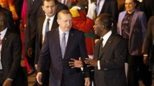 Le président ivoirien Alassane Ouattara (D) a accueilli son homologue turc (G) sur le tarmac de l'aéroport d'Abidjian.